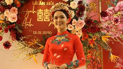 Chiêm ngưỡng cô dâu Quỳnh Anh trong lễ ăn hỏi: Áo dài thêu chim phượng, mấn vàng đội đầu cũng chuẩn nhà trâm anh thế phiệt