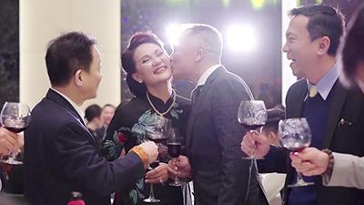 Duy Mạnh - Quỳnh Anh lãng mạn cũng khó sánh được khoảnh khắc tình tứ này của vợ chồng ông Nguyễn Giang Đông trong lễ cưới