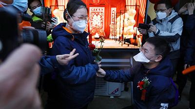 Hai y tá Vũ Hán vỡ òa trước lễ cưới đặc biệt do đồng nghiệp bí mật tổ chức