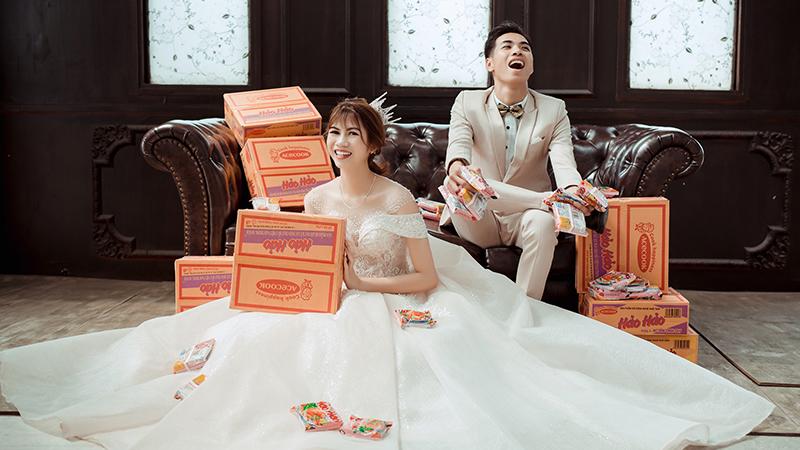 Cặp đôi 9X gây sốt với bộ ảnh cưới bên những thùng mì tôm mùa dịch: Đây chỉ là kỷ niệm chứ không hề 'câu like'