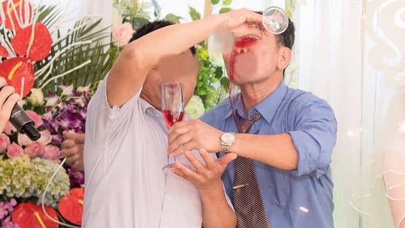 Cảnh chúc rượu 'cồng kềnh' của 2 ông thông gia và cái kết 'không có hậu' được chia sẻ chóng mặt trên mạng xã hội
