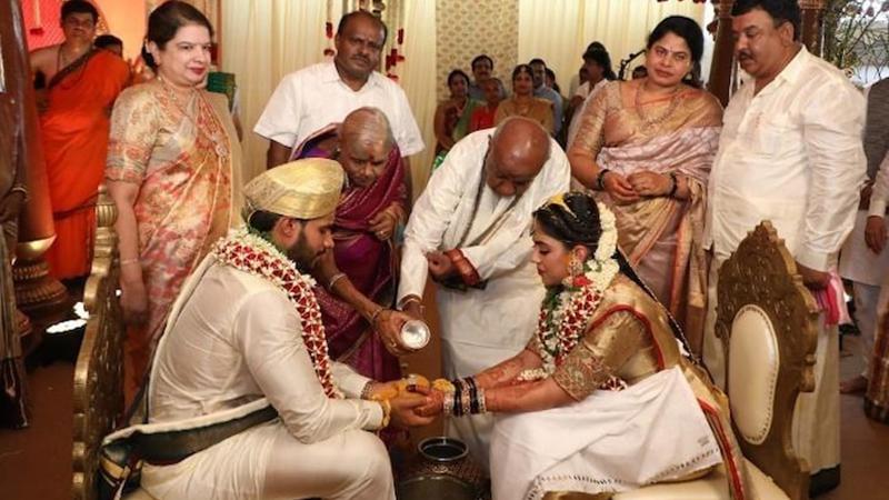 Tổ chức đám cưới 'chui' trong thời gian phong tỏa, cô dâu chú rể cùng khách mời bị bắt