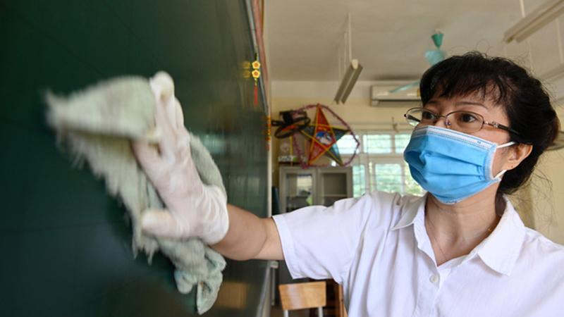 Tất bật vệ sinh trường lớp, Hà Nội sẵn sàng đón học sinh trở lại học tập vào ngày 4/5