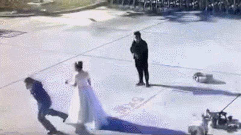 Chú rể đột nhiên bỏ chạy khi đang chụp ảnh cưới, nguyên nhân phía sau khiến ai cũng cảm phục