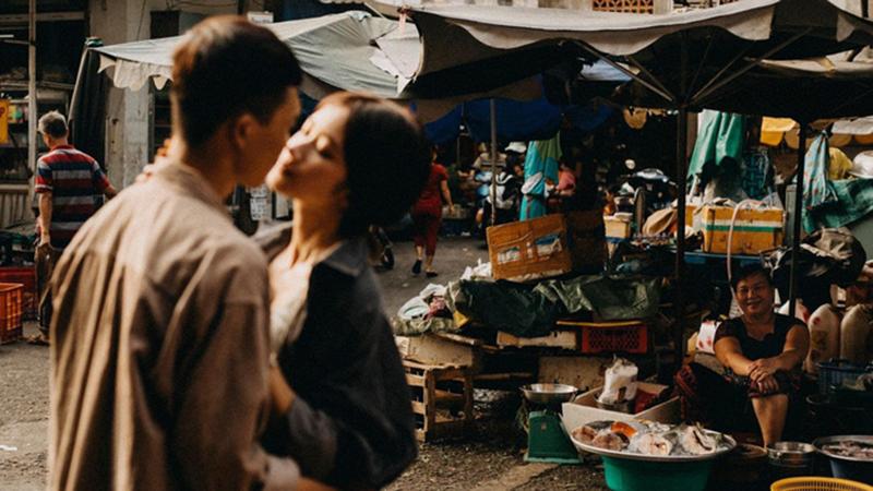Cặp đôi chụp ảnh lãng mạn, nhưng nụ cười của cô bán cá lọt vào khung hình lại chiếm trọn 'spotlight'
