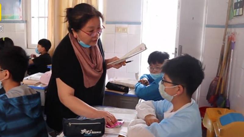 Suốt 25 năm, cô giáo dạy Toán phát kẹo cho học sinh để động viên các em học tập tốt