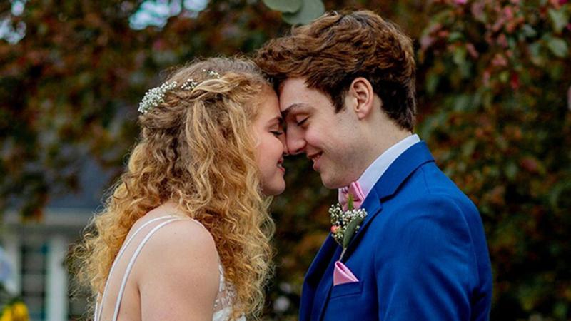 Ung thư di căn lên não, chỉ còn sống 3 tháng, chàng trai 18 tuổi cầu hôn và làm đám cưới gọn lẹ với bạn gái xinh đẹp