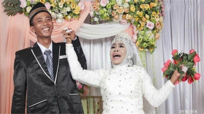 Nhận thanh niên 24 tuổi làm con nuôi, sau 1 năm người phụ nữ 65 tuổi đổi ý lấy luôn làm chồng