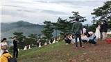 Dậy từ 4h sáng đi săn mây ở Đà Lạt, đến nơi hết hồn cảnh tượng hơn 20 cặp cô dâu, chú rể đang tạo dáng chụp ảnh cưới
