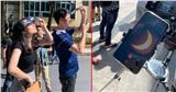 Hàng trăm người bất chấp nắng nóng kéo đến ĐH Khoa học và Công nghệ chứng kiến nhật thực 11 năm mới có 1 lần