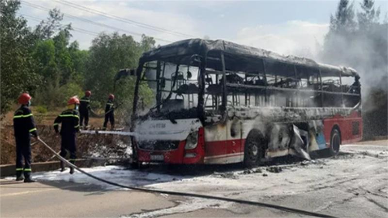Xe giường nằm bốc cháy dữ dội, 16 hành khách nhanh chân thoát chết