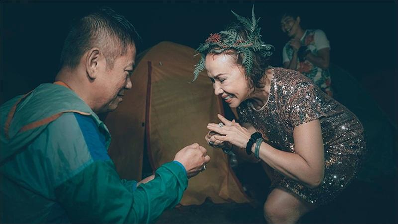Chuyện tình lãng mạn của cặp đôi U70: Cùng nắm tay đi khắp thế gian, quỳ gối cầu hôn trên đỉnh Tà Năng ở tuổi 61