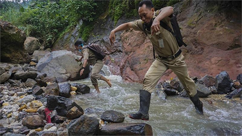 Choáng khi nhìn cảnh giáo viên vượt đèo, lội suối hàng chục km tới từng nhà giao bài tập cho học sinh trong mùa dịch