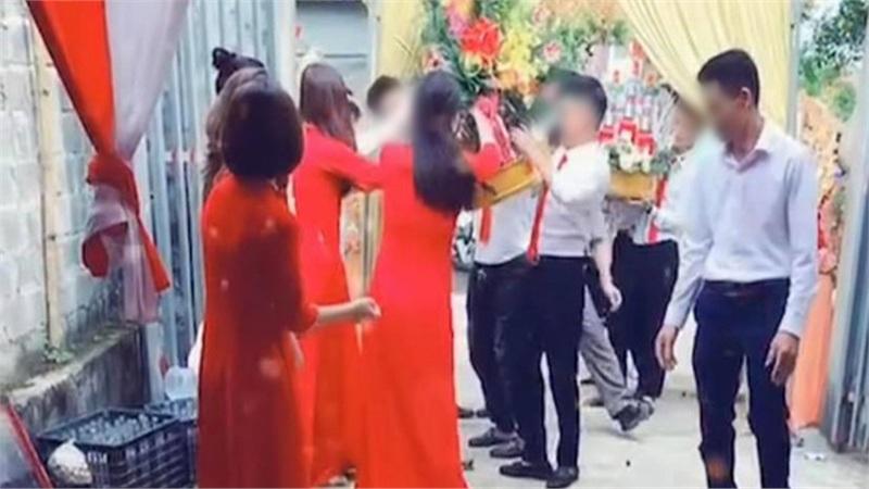 Đám ăn hỏi đang hân hoan thì sự cố bất ngờ xảy đến, nhìn hành động sau đó của cô dâu toàn MXH phải thốt lên 'Khổ thân quá!'