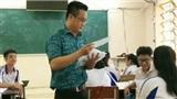 Thầy giáo 'tâm lý nhất Vịnh Bắc bộ', chuẩn bị cả túi clear bag đựng bút, tẩy cho từng học sinh đi thi