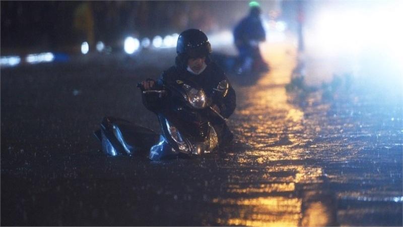 Mưa lớn, nhiều tuyến đường TP Hồ Chí Minh ngập nặng