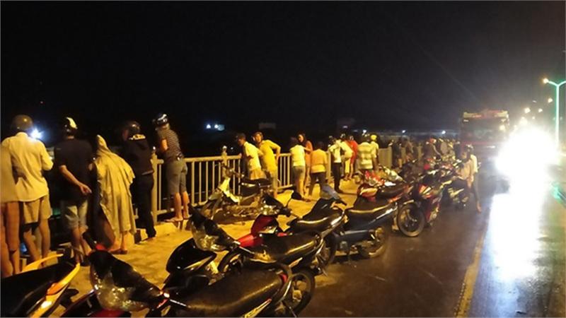 Tìm kiếm nam thanh niên bỏ lại xe máy, nhảy xuống sông Dinh tự tử