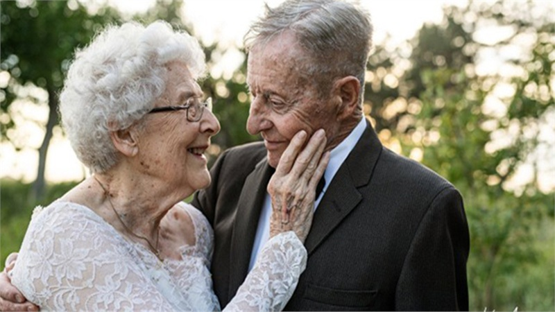 Cặp đôi U90 tung bộ ảnh cưới cực lãng mạn sau 60 năm hạnh phúc viên mãn bên nhau