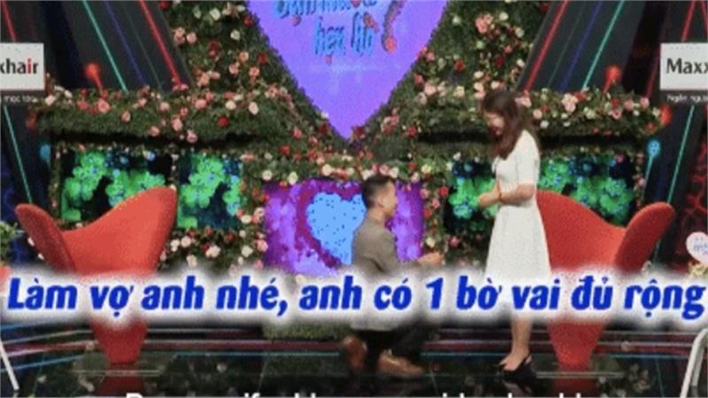 Bạn muốn hẹn hò: Vừa gặp cô gái, chàng trai đã quỳ xuống trao tín vật đặc biệt khiến đối phương ngỡ ngàng
