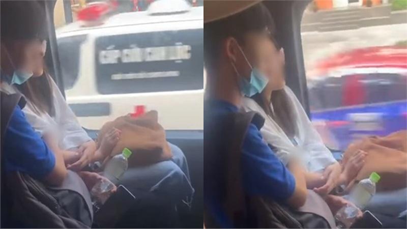 Ngồi xe buýt, chàng trai ngang nhiên đưa tay sờ soạng vòng 1 của cô bạn gái khiến người chứng kiến phải sững sờ