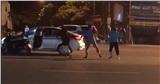 Clip: Bắt quả tang chồng chở 'bồ nhí' trên ô tô, vợ và bạn đi cùng vẫn bị đuổi đánh, chửi bới