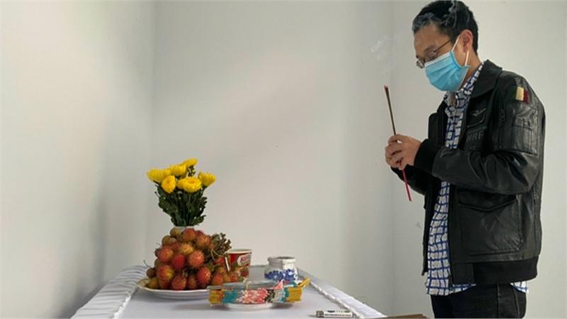 Vừa từ Nhật Bản trở về thì mẹ mất, nam công nhân nghẹn ngào để tang mẹ bằng bàn thờ lập trong khu cách ly