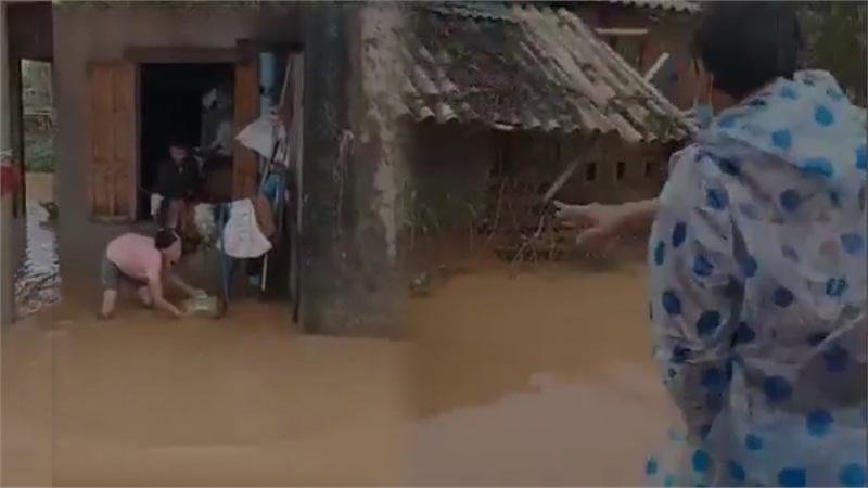 Phẫn nộ hành động ném quà cứu trợ xuống nước của nhóm người từ thiện: Của cho không bằng cách cho