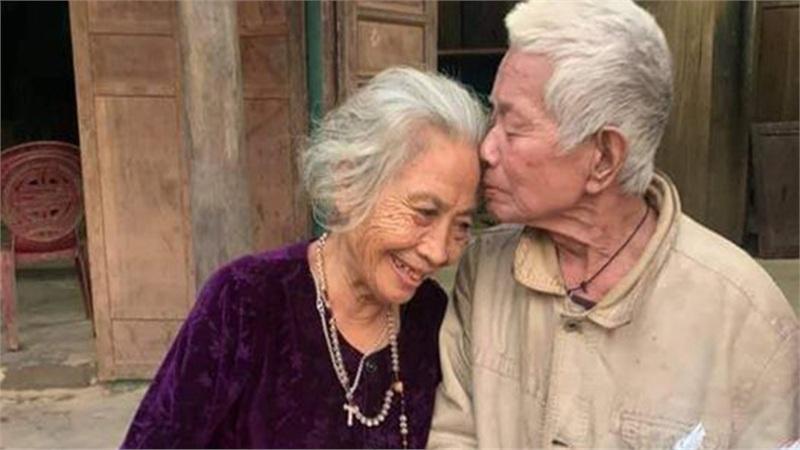 Cụ ông Quảng Bình đặt lên trán vợ nụ hôn khi nhận được hàng cứu trợ: Miền Trung rồi sẽ ổn thôi!