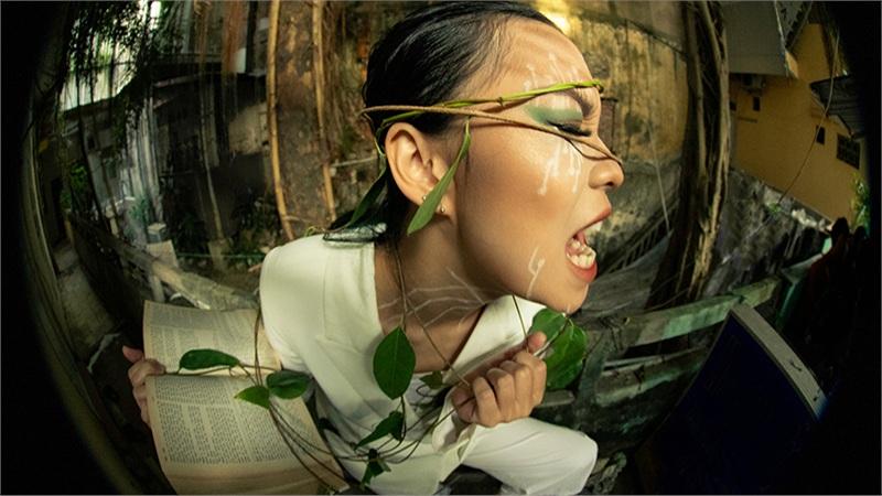 Sinh viên trường Báo gây sốt với bộ ảnh chụp bằng ống kính mắt cá mang tên 'Thế giới phẳng'