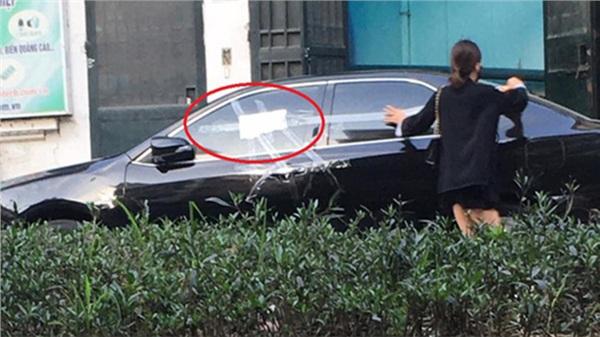 Cô gái dán băng dính quanh ô tô đỗ chắn cửa nhà, tờ giấy để lại gây tò mò, chủ xe đọc chắc 'đỏ mặt'