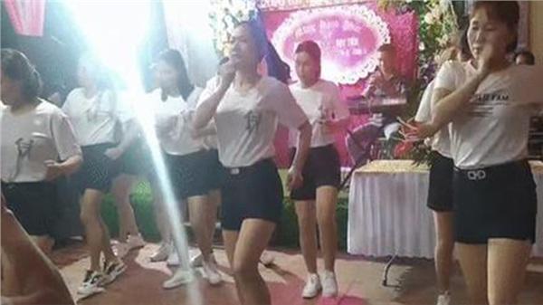 Hội nhà gái quê lúa Thái Bình nhảy nhịp điệu cực bốc cổ vũ cô dâu trong đám cưới