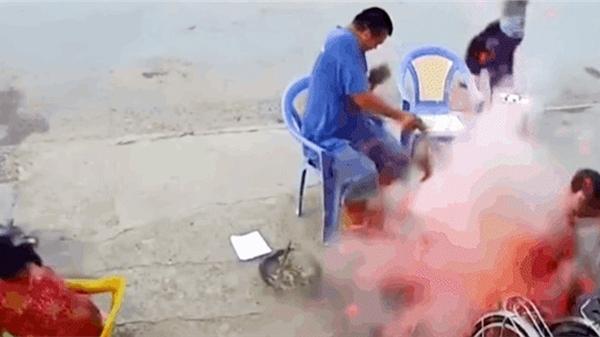 CLIP: Quạt than nướng thịt, cặp đôi 'giật bắn mình' vì tiếng nổ lớn, gạch vỡ bắn tung tóe