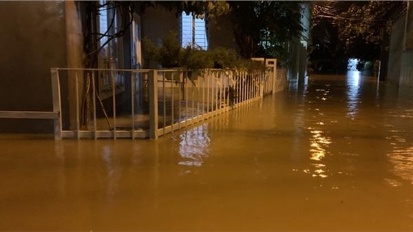 Người dân Khánh Hòa chạy lũ trong đêm, 1 người bị lũ cuốn mất tích