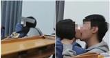 Cặp đôi thản nhiên hôn nhau đắm đuối ngay trong lớp học khiến người xung quanh phải 'đỏ mặt'