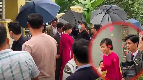 Clip: Xe đón dâu của Công Phượng - Viên Minh vừa đến, đội vệ sĩ cả chục người lập tức bật ô che chắn
