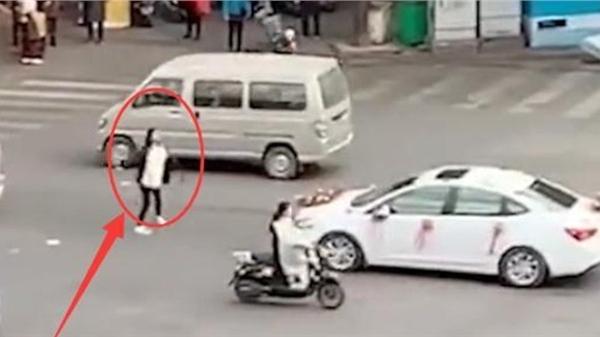Cô gái chặn xe hoa không cho người yêu cũ lấy vợ, khi biết nguyên nhân ai cũng chửi rủa chú rể