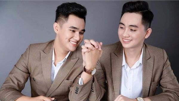 Chuyện tình 5 năm ngọt ngào của cặp đôi đồng tính nam khiến dân mạng 'rần rần' vì màn tặng Iphone cho 'vợ'