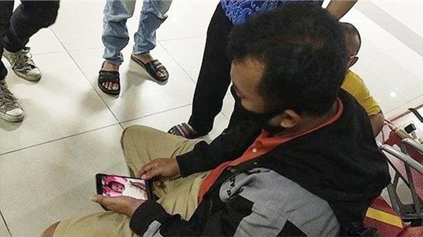 Người đàn ông thẫn thờ nhìn ảnh con mới sinh trong điện thoại, rơi nước mắt đợi tin từ chuyến bay gặp nạn ở Indonesia: 'Vợ và 3 con tôi là hành khách'