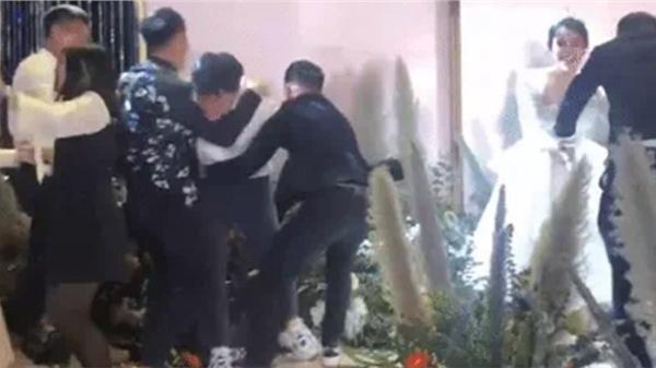 Đám cưới Bùi Tiến Dũng: Xuân Trường suýt ngã nhào sau màn khiêu cũ cồng kềnh cùng Quang Hải