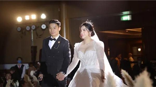 Tiết lộ khoảnh khắc Bùi Tiến Dũng nghẹn ngào không thốt nên lời khi trao lời thề với cô dâu Khánh Linh được chia sẻ lại khiến người xem xúc động