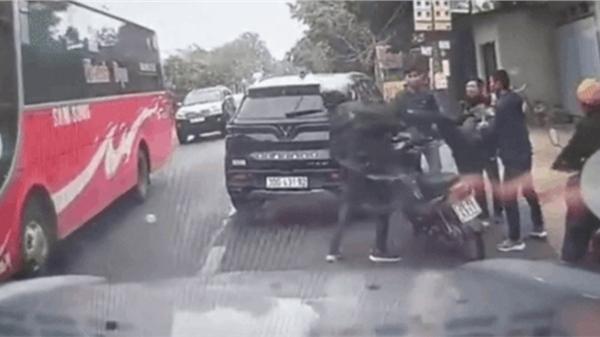 Tài xế ô tô chặn đầu xe máy, xuống đạp thẳng ngực nam thanh niên
