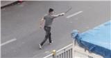 Thanh niên mở cốp ô tô, rút kiếm truy đuổi tài xế xe tải gây náo loạn phố Sài Gòn
