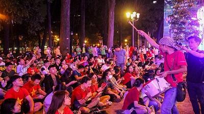 Chùm ảnh: Cổ động viên 2 miền Nam - Bắc rộn ràng cổ vũ cho đội tuyển Việt Nam