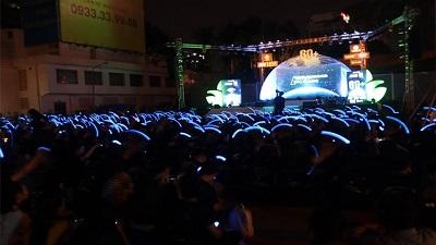 Giới trẻ tắt đèn bật flash rọi trời đêm Sài Thành hướng ứng Giờ Trái Đất 2019