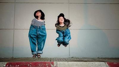 'Lịm tim' ngắm bộ ảnh thần thái trong chiếc quần jeans thùng thình của 2 nhóc tì siêu quậy
