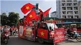 Chẳng cần chờ chiến thắng, CĐV Việt Nam rủ nhau 'bão ngày' vòng quanh thành phố cổ vũ thầy trò Park Hang-seo