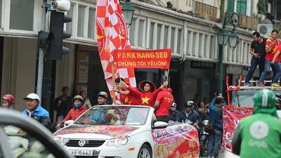 Đoàn cổ động viên Việt Nam diễu hành sớm trước trận đấu, tiếp lửa cho các chiến binh sao vàng