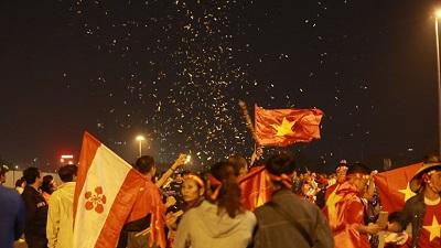 Cấm pháo sáng thì bắn pháo giấy, cổ vũ đội tuyển Việt Nam 'vẫn cứ là ok'