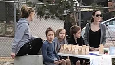 Sự thật đằng sau bức ảnh 'gây sốt' Angelina Jolie ngồi bán hàng rong cùng các con