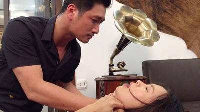 'Hoa hồng trên ngực trái': Mới rục rịch đòi ly hôn vợ, Thái lại thành tâm điểm chỉ trích khi lộ ảnh hành hạ, bóp cổ Khuê